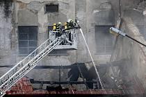 Mohutný požár zachvátil fabriku v Chropyni ráno v pátek 8. dubna 2011