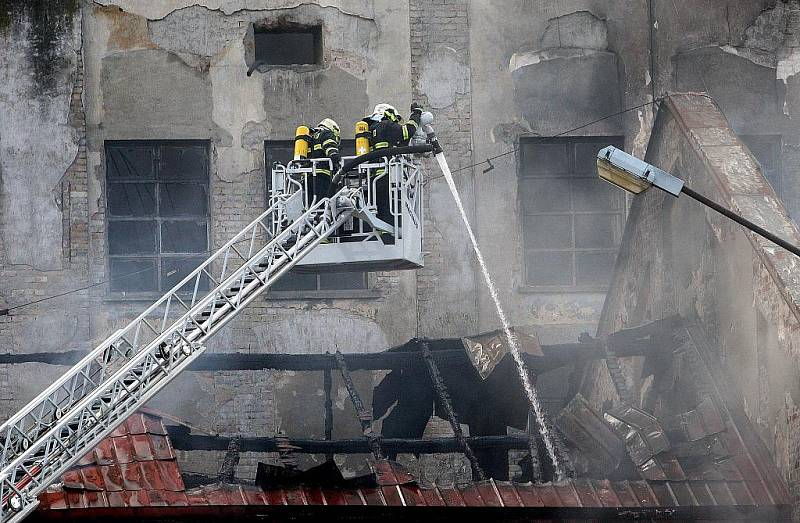 Mohutný požár zachvátil fabriku v Chropyni ráno v pátek 8. dubna 2011. Kolem poledna pak museli být evakuováni obyvatelé několika přilehlých ulic.