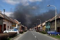 Mohutný požár zachvátil fabriku v Chropyni ráno v pátek 8. dubna. Kolem poledna pak museli být evakuováni obyvatelé několika přilehlých ulic.