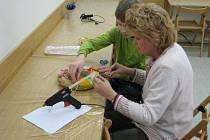 Jak vyrobit jarní a velikonoční věnce ukazovaly účastníkům dílny lektorky  v Muzeu Kroměřížska.