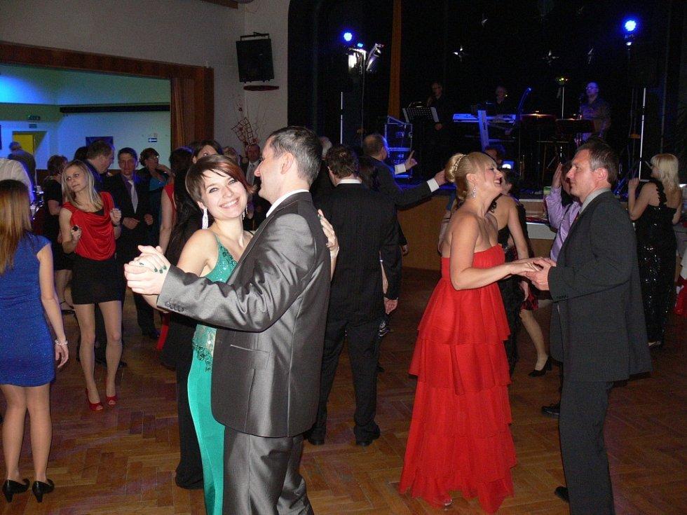 V prostorách Kulturního klubu Hulín se v sobotu večer uskutečnil osmý ročník Tmavomodrého bálu.