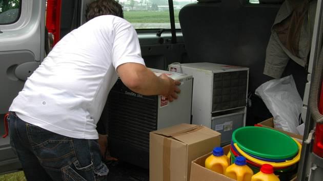 V Hulíně se v pátek uskutečnila předávka první materiální pomoci pro zaplavené Čechy.