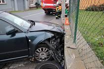 """Podnapilý řidič projel křižovatku ve tvaru """"T"""" rovně, zastavila ho podezdívka oplocení."""