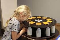 Hravá výstava Poznávej se, kterou má Muzeum Kroměřížska k dispozici až do konce srpna, láká na svých asi šedesát interaktivních exponátů děti i dospělé.