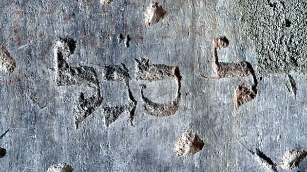 Unikátní objev židovského hebrejského nápisu na hradu Kurovice.