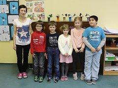 Tablo dětí z letošní první třídy Jubilejní ZŠ TGM Rusava s třídní učitelkou Mgr. Petrou Zámečníkovou