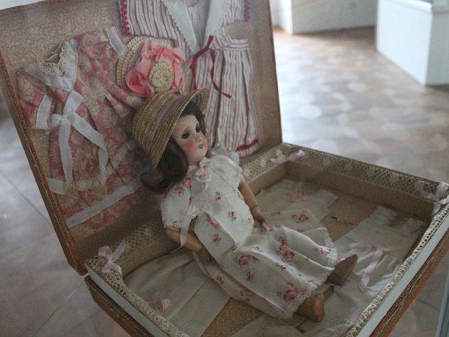 Holešovský zámek nabízí výstavu hraček, kterou ocení dospělí i děti: ty si totiž mohou s hračkami v jedné z částí i hrát. Výstava potrvá do konce letošního roku.