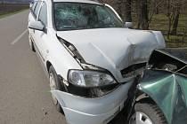 ČELNÍ NÁRAZ. I přes snahu vyhnout se protijedoucímu autu se oběma řidičům nepodařilo střetu zabránit.
