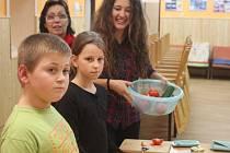 V rámci řeckého týdne se děti i dospělí v holešovském TyMy centru seznamovali s řeckou kulturou: praktikantka z Řecka jim ukázala tamní kuchyni ale i třeba tradiční tanec.