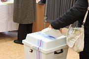 Do volební místnosti v prostorách Gymnázia Kroměříž začali první voliči proudit už několik minut před čtrnáctou hodinou.