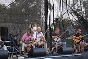 VTIPNÉ PÍSNĚ I ANEDOKTY. Legendární Ivan Mládek a jeho skupina Banjo Band předvedli opět nezapomenutelné vystoupení plné komických prvků.