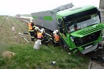 Kamion zastavil těsně před pilířem mostu
