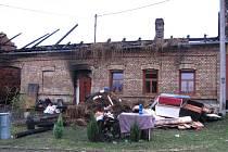 Střechu rodinného domu v Hošticích zasáhly v sobotu v podvečer plameny. Požár si vyžádal tři zraněné.