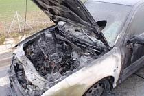 Technická závada stála za vznikem požáru osobního auta značky Škoda Octavia na Kroměřížsku.