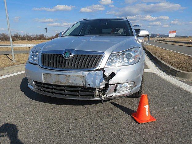 K nehodě u Třebětic vyjížděli v sobotu dopravní policisté, řidič Škody Octavia tam přehlédl dvaasedmdesátiletého muže na motocyklu Jawa Pionýr.