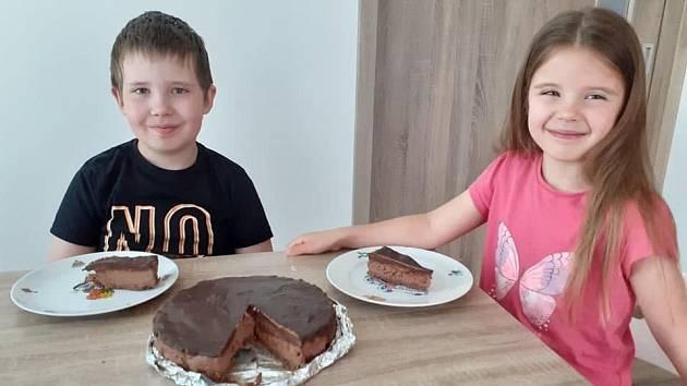 Skvělí pekaři Kristýnka a Martínek Kevičtí. Čokoládový cheesecake.