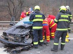 Hasiči vystříhávali zraněného řidiče po nehodě u Bystřičky
