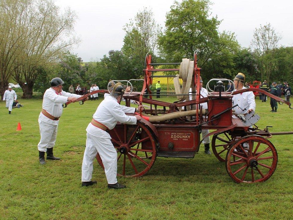 Hasiči z okolí předvedli v Těšánkách opravené historické hasičské vozy.