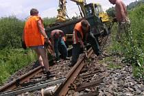 Výměnu šesti set kusů starých dřevěných pražců na kolejích ve Zdounkách ve směru na Zborovice provádějí dělníci jedné prostějovské firmy.
