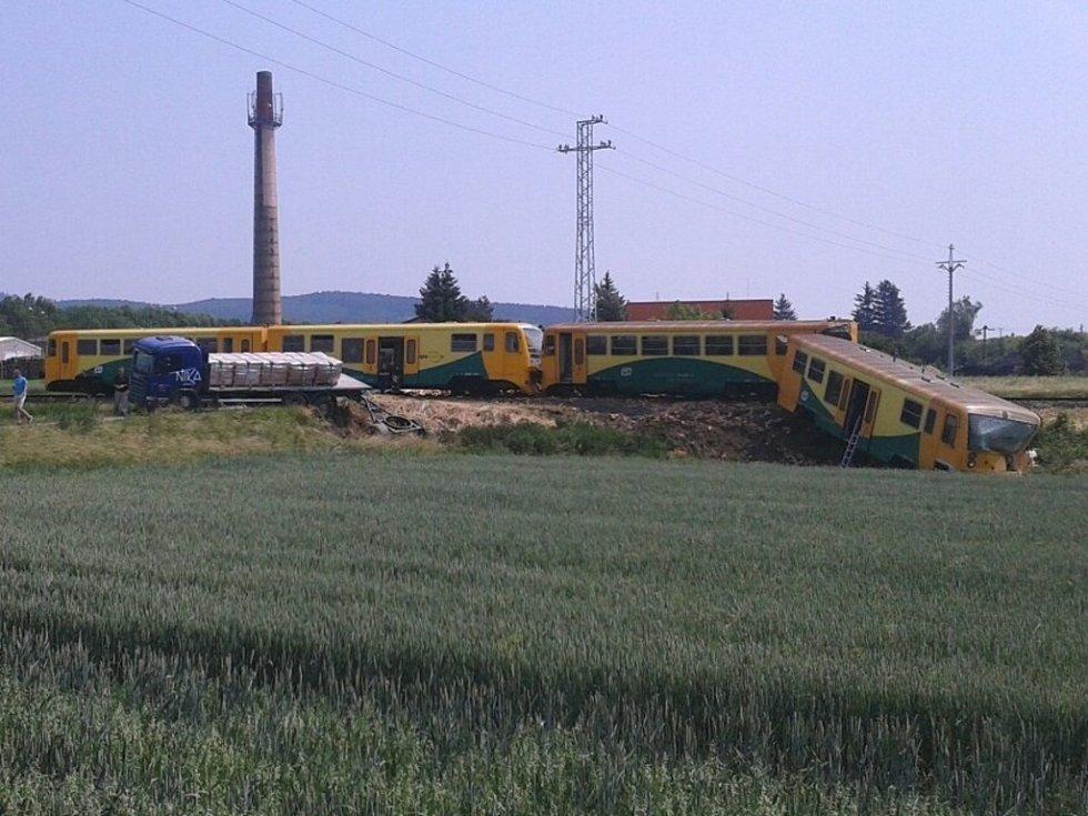V Dobroticích se srazil osobní vlak s nákladním autem. Jeden vagon vykolejil. Tři zraněné převezli záchranáři do nemocnice v Kroměříži. Ve vlaku cestovalo 21 lidí.