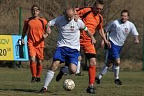Mrlínek (v oranžovém) zvládl doma derby s Rajnochovicemi.
