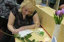 Monika Mešková, vlastním jménem Kopčilová, vydala před nedávnem svou druhou knihu s názvem Slzy mi nesluší. Autorka z Hulína má na svém kontě ještě knížku Románek pro Baculku, kterým svou spisovatelskou kariéru před rokem odstartovala.