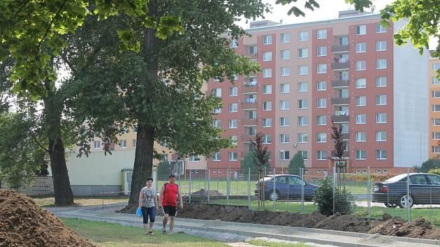 Lidem ze sídliště Družba v Hulíně zlepší vedení města přístupnost domů. Od obchodního domu Albert směrem na sídliště v současné době buduje nový chodník.