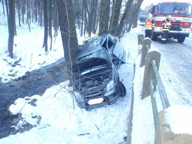V Brusném vyjelo auto ze silnice, vyprostil ho jeřáb