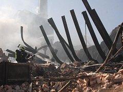 Vyhořelé torzo chropyňské továrny na zpracování plastů.
