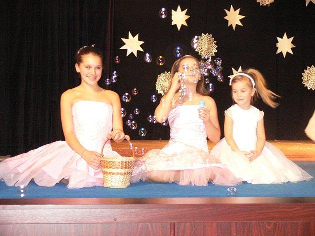Bystřické Kino Klub Sušil v sobotu 15. prosince zpestřila akce s názvem Hvězdné Vánoce. Během večera vystoupily bystřické mažoretky Stars, dechový orchestr Haná a modelky závěrem předvedly plesové a svatební šaty z kroměřížského salonu Juliana.