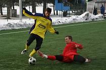 Roman Číhal (v červeném) má zkušenosti i s dresem rezervy Zlína.