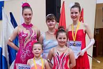 MÍŘÍ NA MISTROSTVÍ ČR. Děvčata z týmu Mažoretek Infinity se po úspěšné účasti Zemského finále sól a duí klasické mažoretky v nedalekém Hluku nominovaly na Mistrovství ČR.