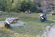 Kameny dovezené z okolí tvoří naučnou stezku, kterou nyní navštěvují i školy.