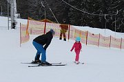 Troják, jediný aktuálně fungující ski areál, přilákal i ve čtvrtek dopoledne desítky milovníků lyžování. Na svahu se to hemžilo jak těmi ostřílenými, kteří spíše trénují na vyšší hory, tak i nejmenšími lyžaři.