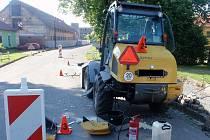 Dva těžké nákladní stroje se ve čtvrtek 1. června brzy ráno srazily ve Zborovicích: u nehody museli zasahovat kromě policistů také profesionální hasiči a zranil se při ní také jeden z řidičů.