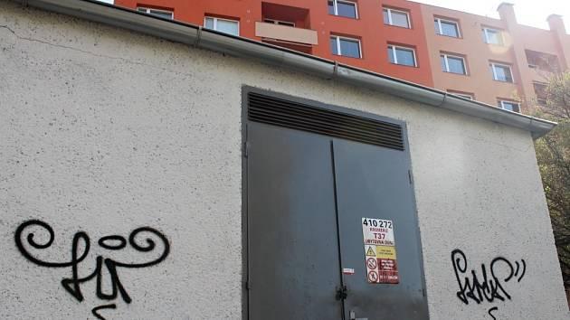 Takto ozdobil neznámý vandal trafostanici u zdravotnické školy