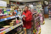 Lidé už začínají s nákupem vánočních dárků. Pozorují to i například v kroměřížském hračkářství Pompo.