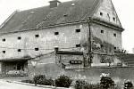 MORKOVICE-SLÍŽANY. 1990. Chátrající budova bývalé sýpky ze 17. století patřila v minulém století k chráněným památkám. Nakonec však byla razantně zrekonstruována a dnes slouží jako pivní bar a taneční klub.