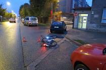 V Holešově srazilo ve středu 21. října ráno auto cyklistku, kterou nejprve předjelo a poté ji jeho řidič zřejmě přehlédl při odbočování vpravo.