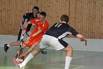 Premiéru ve druhé nejvyšší florbalové soutěži zažijí hráči Počenic (v oranžovém) v Kopřivnici.