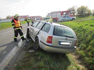 Za Fryštákem bourala dvě auta, posádky včetně dětí vyvázly bez zranění