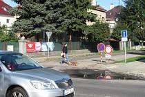V Holešově je uzavřena silnice na ulici Národních bojovníků u autobusového nádraží, opravuje se tam kanalizace.