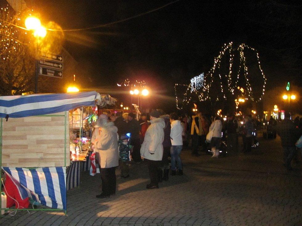 Slavnostního rozsvícení vánočního stromu v Bystřici pod Hostýnem se během pátečního podvečera ujal tamní starosta Zdeněk Pánek. Děti pak na náměstí přivítaly taky Mikuláše s čerty a andělem.