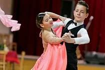 Pár mladých tanečníků z Kroměříže sbírá na soutěžích medaile. Čtrnáctiletý Matěj Mikula a jedenáctiletá Samanta Beňová spolu tancují dva roky.