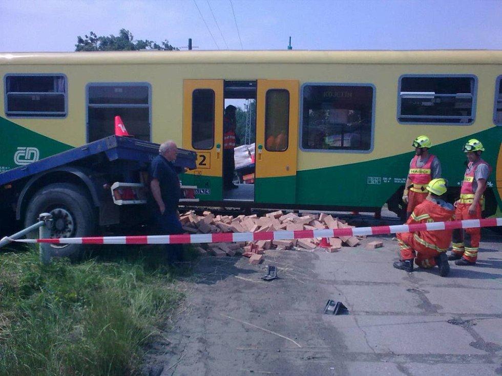 Snímky Drážní inspekce pořízené po srážce osobního vlaku a nákladního auta v holešovské místní části Dobrotice.