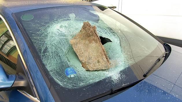 Neznámý pachatel rozbil v Bystřici pod Hostýnem čelní sklo auta.