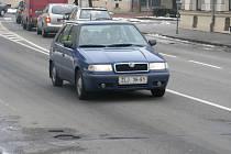 Ve městech jsou v únoru (2009) díry v cestách jen místy, horší je situace na komunikacích mimo města.