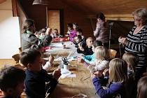 V rámci nového programu pro školy a školky se v holešovském Malém muzeu kovářství děti seznamují s velikonočními lidovými tradicemi. Po výkladu je pro ně připravena také tvořivá dílna, kde si každý vyrobí svou miniaturní Morenu.