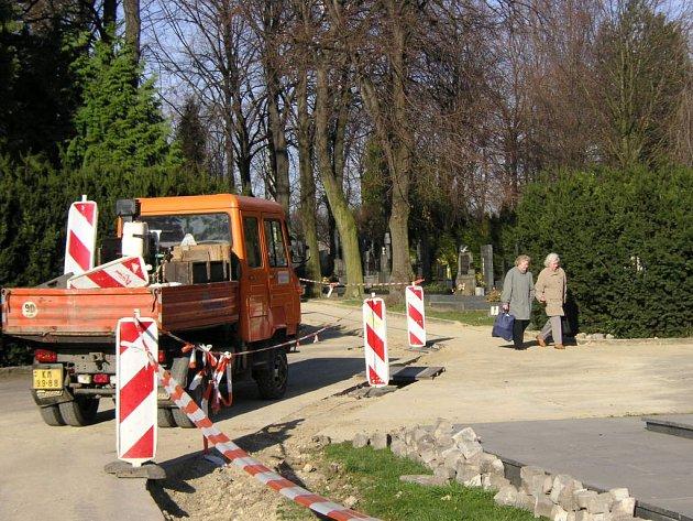 Kvůli havárii rozkopali pracovníci technických služeb část hřbirovních cestiček.