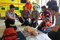 NÁCVIK RESUSCITACE. V prostorách Zdravotnické záchranné služby Kroměříž si hasiči ozkoušeli kardiopulmonální resuscitaci.